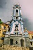 Πύργος κουδουνιών της μπλε εκκλησίας αβαείων κατά μήκος των τραπεζών του Danub Στοκ φωτογραφία με δικαίωμα ελεύθερης χρήσης