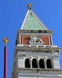 πύργος κουδουνιών του σημαδιού Αγίου με το φτερωτό λιοντάρι και το χρυσό λιοντάρι επάνω Στοκ Φωτογραφία