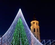 Πύργος κουδουνιών χριστουγεννιάτικων δέντρων και καθεδρικών ναών σε Vilnius Λιθουανία Στοκ Φωτογραφία