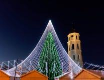 Πύργος κουδουνιών χριστουγεννιάτικων δέντρων και καθεδρικών ναών σε Vilnius στη Λιθουανία Στοκ Φωτογραφίες