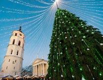 Πύργος κουδουνιών χριστουγεννιάτικων δέντρων και καθεδρικών ναών της εμφάνισης Vilnius Στοκ Φωτογραφίες