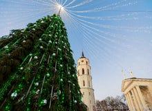 Πύργος κουδουνιών χριστουγεννιάτικων δέντρων και καθεδρικών ναών στην εμφάνιση Vilnius Λιθουανία Στοκ Φωτογραφίες