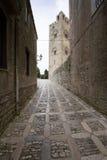 Πύργος κουδουνιών καθεδρικών ναών Erice: άποψη από μια χαρακτηριστική αλέα αυτών των Η.Ε Στοκ φωτογραφία με δικαίωμα ελεύθερης χρήσης