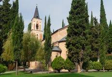 Πύργος κουδουνιών και εκκλησία του ST George ` s στο μοναστήρι του ST Nino σε Bodbe Sighnaghi Γεωργία Στοκ εικόνες με δικαίωμα ελεύθερης χρήσης