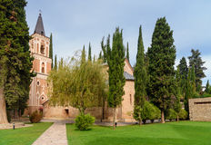 Πύργος κουδουνιών και εκκλησία του ST George ` s στο μοναστήρι του ST Nino σε Bodbe Sighnaghi Γεωργία Στοκ Φωτογραφίες