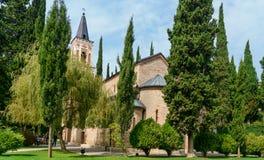 Πύργος κουδουνιών και εκκλησία του ST George ` s στο μοναστήρι του ST Nino σε Bodbe Sighnaghi Γεωργία Στοκ Φωτογραφία