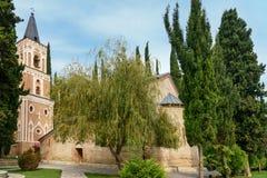 Πύργος κουδουνιών και εκκλησία του ST George ` s στο μοναστήρι του ST Nino σε Bodbe Sighnaghi Γεωργία Στοκ φωτογραφία με δικαίωμα ελεύθερης χρήσης