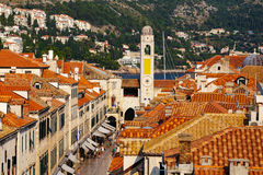 Πύργος κουδουνιών και οδός Stradun σε Dubrovnik, Κροατία Στοκ εικόνα με δικαίωμα ελεύθερης χρήσης