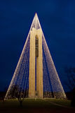 Πύργος κουδουνιών κωδωνοστοιχιών με τα φω'τα Χριστουγέννων τη νύχτα, κατακόρυφος, HDR Στοκ Εικόνα