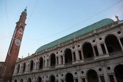 πύργος κουδουνιών με την τεράστια ιταλική σημαία του ιστορικού κτηρίου Στοκ Φωτογραφίες