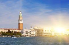 Πύργος κουδουνιών της βασιλικής του ST Mark ` s και του Doge ` s παλατιού, Βενετία, Ιταλία Στοκ Φωτογραφία