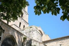 πύργος κουδουνιών της εκκλησίας του ST Trophime στην πόλη Arles Στοκ Φωτογραφία