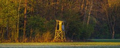 Πύργος κυνηγιού στην άκρη του δάσους λαμβάνοντας υπόψη τον ήλιο αύξησης στοκ φωτογραφίες με δικαίωμα ελεύθερης χρήσης