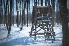 Πύργος κυνηγιού στο χειμερινό δάσος Στοκ Φωτογραφία