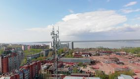 Πύργος κυττάρων Αστικό περιβάλλον, κατοικημένα κτήρια Εναέριος πυροβολισμός από τον κηφήνα απόθεμα βίντεο