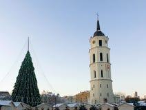 Πύργος Λιθουανία κουδουνιών χριστουγεννιάτικων δέντρων και καθεδρικών ναών στην εμφάνιση Vilnius Στοκ φωτογραφία με δικαίωμα ελεύθερης χρήσης