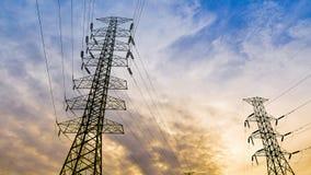 Πύργος μετάδοσης χρονικού σφάλματος πέρα από το υπόβαθρο ουρανού ηλιοβασιλέματος απόθεμα βίντεο