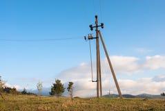Πύργος μετάδοσης σε ένα υπόβαθρο ουρανού Ηλεκτροφόρο καλώδιο Μετάδοση δύναμης Στοκ Εικόνες