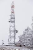 Πύργος μετάδοσης το χειμώνα, πύργος τηλεπικοινωνιών με το κύτταρο Στοκ Εικόνα