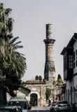 Πύργος μιναρών στην ηλιόλουστη οδό της παλαιάς πόλης Kaleici, Antalya, Τουρκία στοκ εικόνες