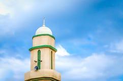 Πύργος μουσουλμανικών τεμενών που πετά στα ύψη στον ουρανό Στοκ φωτογραφία με δικαίωμα ελεύθερης χρήσης