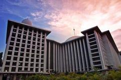 Πύργος μουσουλμανικών τεμενών και ο όμορφος ουρανός Στοκ Εικόνες