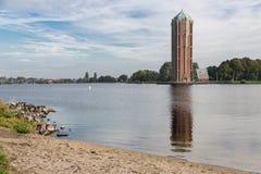 Πύργος νερού κοντά στη λίμνη σε Aalsmeer, οι Κάτω Χώρες στοκ εικόνες