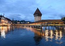 Πύργος νερού Kapellbrucke γεφυρών παρεκκλησιών τη νύχτα στη λίμνη Lucern Στοκ Εικόνες