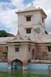Πύργος πέρα από την αρχαία λίμνη στο taman κάστρο νερού της Sari - ο βασιλικός κήπος του σουλτανάτου της Τζοτζακάρτα Στοκ φωτογραφία με δικαίωμα ελεύθερης χρήσης