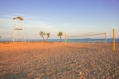 Πύργος πετοσφαίρισης και καθαρός στην αμμώδη παραλία στοκ φωτογραφίες με δικαίωμα ελεύθερης χρήσης