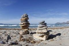 Πύργος πετρών της Zen σε μια παραλία Στοκ εικόνες με δικαίωμα ελεύθερης χρήσης