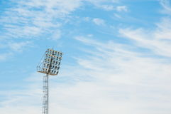 Πύργος προβολέων σταδίων με το υπόβαθρο μπλε ουρανού Στοκ Εικόνα