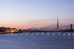 Πύργος ραδιοφώνων και TV της Ρήγας και γέφυρα σιδηροδρόμων Στοκ Φωτογραφία