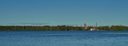 Πύργος ρολογιών από την άλλη πλευρά μιας λίμνης Στοκ Εικόνες