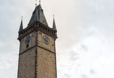 Πύργος ρολογιών, παλαιό ιστορικό κτήριο μέρος του σύνθετου - ένα αστρονομικό ρολόι ο παλαιός πύργος στην παλαιά πλατεία της πόλης Στοκ Εικόνα