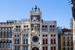 Πύργος ρολογιών στο τετράγωνο SAN Marco στη Βενετία, Ιταλία Στοκ Εικόνες