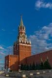 Πύργος ρολογιών Spasskaya στους τοίχους του Κρεμλίνου με το φεγγάρι Στοκ Φωτογραφία