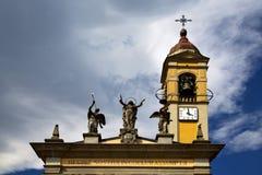 Πύργος ρολογιών κουδουνιών ρολογιών εκκλησιών του Βαρέζε Ιταλία Στοκ Εικόνες