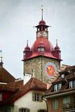 Πύργος ρολογιών στην παλαιά πόλη Λουκέρνη Ελβετία κωμοπόλεων Στοκ Εικόνα