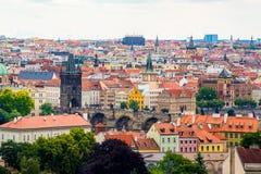 Πύργος σκονών της Πράγας και γέφυρα Charles με την άποψη της Πράγας Στοκ Εικόνες