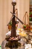Πύργος σοκολάτας, καραμέλα στο αρτοποιείο στοκ εικόνα με δικαίωμα ελεύθερης χρήσης