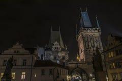 Πύργος στη γέφυρα του Charles στη νύχτα Πράγα Στοκ φωτογραφία με δικαίωμα ελεύθερης χρήσης