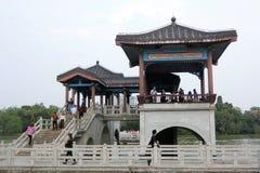 Πύργος στη μέση της γέφυρας Jiu Qu στη δυτική λίμνη Huizhou στοκ φωτογραφία