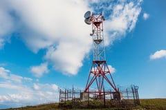 Πύργος τηλεπικοινωνιών και δορυφορικό δίκτυο τηλεπικοινωνιών πιάτων στα βουνά Στοκ Εικόνες