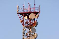 Πύργος τηλεπικοινωνιών και δορυφορικό δίκτυο τηλεπικοινωνιών πιάτων στο μπλε ουρανό με το φωτεινό φως ήλιων Στοκ εικόνες με δικαίωμα ελεύθερης χρήσης