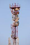 Πύργος τηλεπικοινωνιών και δορυφορικό δίκτυο τηλεπικοινωνιών πιάτων στο μπλε ουρανό με το φωτεινό φως ήλιων Στοκ φωτογραφίες με δικαίωμα ελεύθερης χρήσης