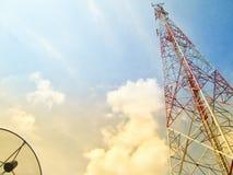 Πύργος τηλεπικοινωνιών και δορυφορικό πιάτο με το υπόβαθρο ουρανού Στοκ φωτογραφίες με δικαίωμα ελεύθερης χρήσης
