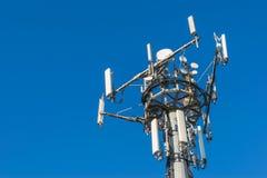 Πύργος τηλεπικοινωνιών: Κινητές τηλεφωνικές κεραίες Στοκ Φωτογραφία
