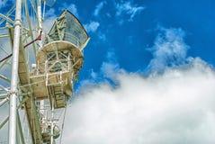 Πύργος τηλεπικοινωνιών με ένα φως του ήλιου Χρησιμοποιημένος για να μεταδώσει τα τηλεοπτικά σήματα στοκ φωτογραφία