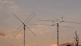Πύργος τηλεπικοινωνιών με σύννεφα Χρησιμοποιημένος για να μεταδώσει τα τηλεοπτικά σήματα απόθεμα βίντεο